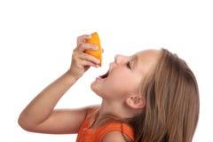 Het meisje drinkt sapsinaasappel Stock Foto