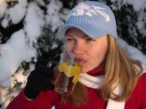Het meisje drinkt thee Stock Afbeeldingen