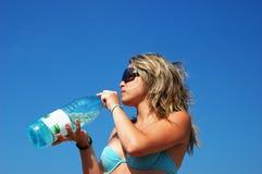 Het meisje drinkt water Royalty-vrije Stock Fotografie