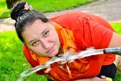 Het meisje drinkt water Stock Foto