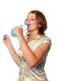 Het meisje drinkt water van een fles royalty-vrije stock afbeelding