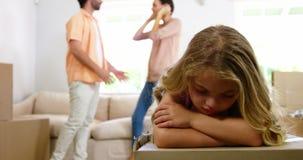 Het meisje is droevig wegens haar ouders het ruzie maken stock videobeelden