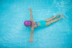 Het meisje duikt onder het water in het zwembad royalty-vrije stock afbeeldingen