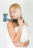 Het meisje in een bontkaap met een bijl Stock Foto's