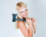 Het meisje in een bontkaap met een bijl Royalty-vrije Stock Foto