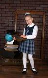 Het meisje in een eenvormige school Stock Afbeeldingen