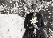 Het meisje in een gasmasker De bedreiging van ecologie stock fotografie