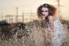 Het meisje in een gras Royalty-vrije Stock Afbeeldingen