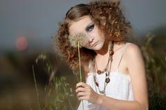 Het meisje in een gras Stock Afbeelding
