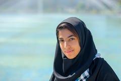 Het meisje in een hijab is op Imam Square in Isphahan royalty-vrije stock afbeelding