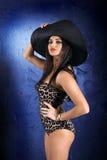 Het meisje in een hoed Stock Afbeeldingen
