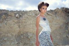 Het meisje in een kleding Royalty-vrije Stock Foto's