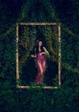 Het meisje in een mooie uitstekende kleding Royalty-vrije Stock Foto's