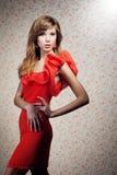 Het meisje in een rode kleding Stock Fotografie