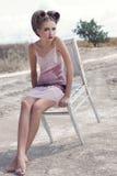 Het meisje in een roomkleding Stock Afbeelding