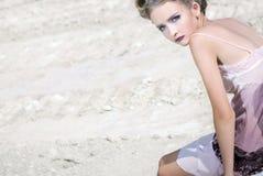Het meisje in een roomkleding Royalty-vrije Stock Foto's