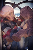 Het meisje in een roze baret zit royalty-vrije stock fotografie
