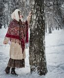 Het meisje in een sjaal in de winter het spelen huid - en - zoekt royalty-vrije stock fotografie