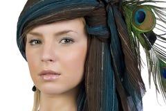 Het meisje in een sjaal met de pauwveren Stock Afbeelding