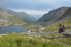 Het meisje, een toerist bekijkt een meer in de vallei van Barguzi Stock Fotografie