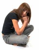 Het meisje in een zwart vest zit op een vloer royalty-vrije stock foto's