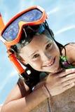 Het meisje in een Zwembad met Beschermende brillen en snorkelt Stock Afbeelding