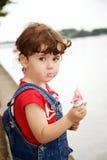 Het meisje eet aardbeiroomijs royalty-vrije stock foto
