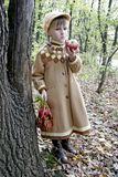 Het meisje eet appel Stock Fotografie