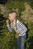Het meisje eet druif in tuin Royalty-vrije Stock Afbeelding
