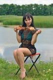 Het meisje eet een kebab op een vleespen Stock Foto