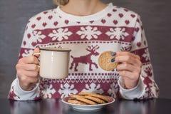 Het meisje eet gezonde koekje en consumptiemelk in metaalpot royalty-vrije stock afbeeldingen