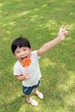 Jong geitje met lolly Stock Fotografie