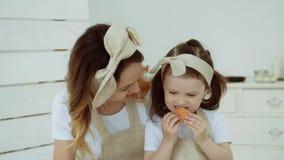 Het meisje eet pannekoeken Het meisje eet pannekoeken stock videobeelden