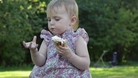 Het meisje eet roomijs stock footage