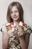 Het meisje eet roomijs Stock Foto's