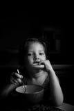 Het meisje eet soep met het wiel eetlust Stock Foto