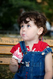 Het meisje eet strawber stock afbeeldingen