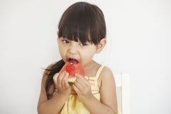 Het meisje eet watermeloen Royalty-vrije Stock Foto's