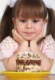 Het meisje en de cake van het kind Stock Foto's