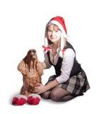 Het meisje en de hond van de kerstman stock foto