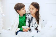 Het meisje en de jongen drinken thee Het concept liefde en Dal Stock Foto's