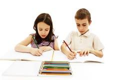 Het meisje en de jongen schilderen Stock Foto's