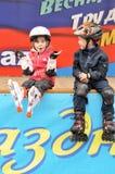 Het meisje en de jongen worden gerold op rollen Royalty-vrije Stock Afbeelding
