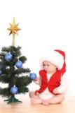Het meisje en de Kerstboom van de baby stock fotografie