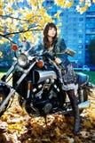 Het meisje en de machtsmotorfiets Royalty-vrije Stock Fotografie
