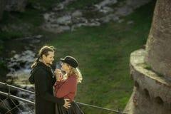 Het meisje en de mens op de brug, lonken de mens, leuke verhoudingen, paar in liefde, hartstochtelijk paar in de Georgische berge royalty-vrije stock foto