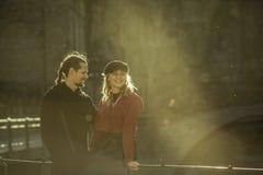 Het meisje en de mens op de brug, lonken de mens, leuke verhoudingen, paar in liefde, hartstochtelijk paar in de Georgische berge royalty-vrije stock foto's