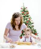Het meisje en de moeder bereiden koekjes voor Royalty-vrije Stock Foto's