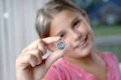 Het meisje en de muntstukken van de school Stock Afbeeldingen
