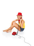Het meisje en de rode telefoon stock fotografie